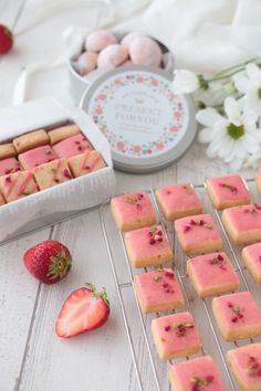 """""""Gluten free strawberry rice flour cookie ♪ that can make two kinds in one fabric"""" ♪ YUKA Cute Desserts, Sweets Recipes, Cookie Recipes, Dessert Packaging, Cookie Packaging, Rice Flour Cookies, Sugar Cookies, Cake Shop Design, Japanese Cookies"""