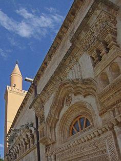 Ulu cami(Selahattin Eyyubi camii)/Silvan/Diyarbakır/// Artuklu Emîri Necmeddin Alpı oğlu Timurtaş tarafından 1152- 1157 yılları arasında inşa ettirilmiş. Eyyûbî döneminde 1227 yılında onarılmış ve bu onarımda bir mihrap ilave edilmiş. Bu yüzden Selahaddin-i Eyyûbî Camii adıyla da biliniyor.