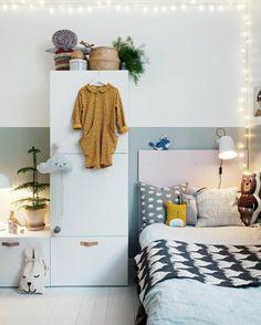 cosy deco, chambre d'enfant, murs blancs, guirlandes lumineuse, ambiance cocooning, plante verte