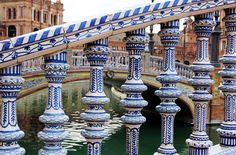 Balustrada a una barana de ceràmica a la Plaça d'Espanya