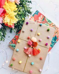pacchetto regalo coi pompon come decorazione