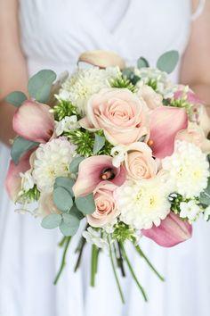 Bouquet da sposa di color rosa e panna con calle e rose.