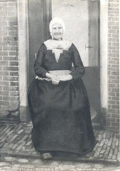 Vrouwtje in Schokker dracht. Collectie Museum Schokland. Maker: Rijksdienst voor de IJsselmeerpolders, Potuyt