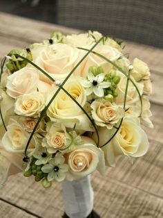 Bruidsboeket, hand gebonden Biedermeier - rozen wit / crème wit, Ornithogalum (zwart-wit bloemetje), berengras. www.meesterlijkgroen.nl