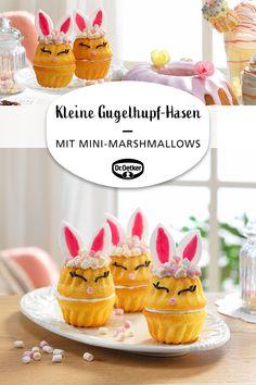 Mini-Vanille-Gugelhüpfe mit Buttercreme, als süße Hasen mit Fondant-Ohren dekoriert - inklusive Bild-Anleitung zur Herstellung der niedlichen Fondant-Hasen-Ohren #osterfest #familienfest #osterbrunch