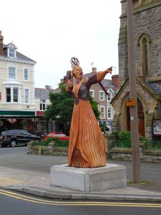 This imposing wooden sculpture of The Queen of Hearts has recently been installed on Gloddaeth Street in Llandudno. The sculpture in one of four Alice in Wonderland themed sculptures installed in Llandudno to mark the Cardiff Wales, Wales Uk, North Wales, Little Country Girls, Welsh Recipes, Girl Artist, Bronze, Snowdonia, Cymru