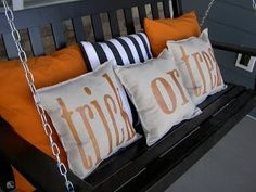 Trick or Treat Pillows Use glitter spray paint to create these fun Halloween pillows for a porch swing. Jessica used glitter spray paint to create these fun Halloween pillows for her porch swing. Table Halloween, Halloween Pillows, Holidays Halloween, Halloween Crafts, Happy Halloween, Spooky Halloween, Burlap Halloween, Halloween Parties, Outdoor Halloween