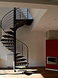 Spindeltreppe! Moderne Stahltreppe und Holztreppe made by #smgtreppen www.smg-treppen.de #treppen #stairs #escaleras #balkon #stahltreppen #holztreppen #designtreppen #wirdenkenmit #kragarmtreppen #treppe #treppenbau