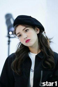 Somi says Taemin is a role model in interview Kpop Girl Groups, Korean Girl Groups, Kpop Girls, Jeon Somi, Kim Chungha, Korea Fashion, Kpop Fashion, Korean Artist, Ulzzang Girl
