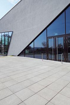 Große Vielfalt, in einheitlichem, edlen Erscheinungsbild kennzeichnet die Produktfamilie ARCADO. Die Gestaltungselemente sind miteinander kombinierbar. Dies ermöglicht bis ins Detail gehende stilsichere Gestaltungen privater und öffentlicher Eingangsbereiche. Dabei sind Funktionalität und Ästhetik beim ARCADO-Pflasterstein kein Widerspruch. Die Oberflächen vereinen angenehme Griffigkeit mit Brillanz, hervorgerufen durch feine Kornaufbrüche in den Natursteinvorsätzen. Sidewalk, Paving Stones, Door Entry, Nature, Pictures, Side Walkway, Walkway, Walkways, Pavement