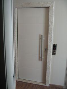 Porta pivotante para hall de elevador com pintura laca P.U bege brilhante (Sayerlack) - Ecoville Portas Especiais