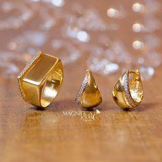 Os brinquinhos de argola e o anel com a fila de zircônias são minuciosidades que tornam o visual super moderno, ideais para compor looks de trabalho com muita elegância!  www.magnificajoias.com.br | Cód.: anel - ANFL002165 / brinco - BRFL005201  #magnificajoias #anel #brinco #argola #zirconia #diaadia #joias #semijoias