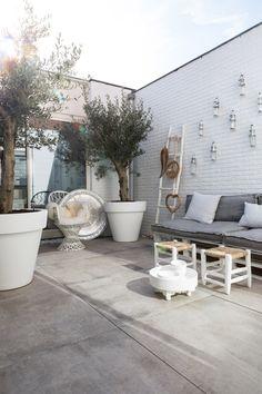 In 4 stappen een terras make-over Porch Styles, Cozy Patio, Small Outdoor Spaces, Pergola Attached To House, Outdoor Living, Outdoor Decor, Diy Garden Decor, Backyard Landscaping, Garden Inspiration