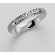 Klassisk+förlovningsring/vigselring+i+18k+vitguld+från+Schalins+i+serien+Allians.+Ringen+har+sju+stycken+diamanter+infattade+på+0,07ct+Wesselton+SI.+Den+är+3mm+bred+och+1,3mm+hög.