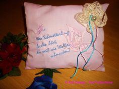 Pastellfarbenes Ringkissen, mit selbst entworfener Stickerei und romantischem Spruch bestickt.    Eine Baumwollspitze habe ich hier zur Blüte gefor...