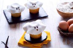 Spiritosi muffin fantasma con latte condensato sono quel che ci vuole per un buffet per bambini per la festa di Halloween!
