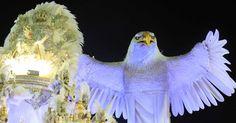 A águia do abre-alas da Portela impressionou por seus movimentos. Com 30 metros de altura (26 só da águia, a maior da história da escola), o carro tinha 350 componentes.