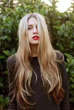 Long, blonde, wavy hair with brown lowlights My Hairstyle, Messy Hairstyles, Pretty Hairstyles, Layered Hairstyles, Hairstyle Ideas, Wavy Hair, Her Hair, Ombre Hair, Red Ombre
