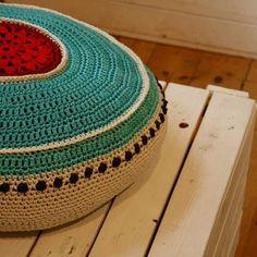 Crocheted pillow. Virkad kudde i turkost och rött. Med knappar bak så att den går att tvätta. #crochetpillows  #crochet  #virkadkudde  #veronicafransson  #studiomagenta #studiomagentaonfacebook #virka Veronica, Magenta, Pillows, Studio, Rugs, Crochet, Home Decor, Farmhouse Rugs, Decoration Home