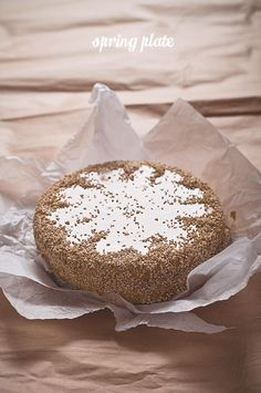 Spring Plate: TORT SEZAMOWO-KAJMAKOWY z gorzką pomarańczą sezame-toffie cake