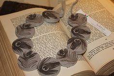 En una forma ligera y fresca contamos con los collares Peacock. Con hecho de material 100% reciclable con un peso de 1,6 gramos en los talles S, M ,y L El diseño inspirado en el pavo real y sus exoticas plumas portan elegancia y sobriedad.Alentando así al pensamiento fresco ,libre de las ave y el elemento aire como fuente de la imaginación #jewelry #handmade #ecofriendly www.luligrunstore... mailto:info@lulig... FB: www.facebook.com/... twitter: @LuliGrunStore