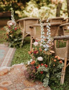 Planning a destination wedding in Italy? You'll to see this inspiration! This Italian wedding was held at a castle outside of Turin and featured boho vintage rugs down the aisle, smoke bombs, wildflower arrangements, colorful bouquets and outdoor family-style reception seating. #gws #greenweddingshoes #wildflowerarrangements #colorfulweddingideas #smokebombs #italianwedding #destinationwedding Wedding Ceremony Ideas, Outdoor Wedding Isle, Wedding Aisles, Wedding Backdrops, Wedding Ceremonies, Ceremony Backdrop, Floral Wedding, Wedding Colors, Vintage Wedding Flowers