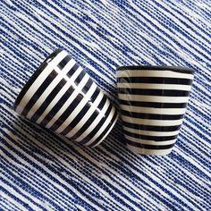 La tasse en céramique est confectionnée et peinte à la main à Fès. La vaisselle marocaine est réputée dans le monde grâce à la matière noble utilisée et à sa résistance aux chocs de la vie d'une vaisselle.