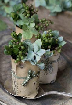 Pretty flowers for place settings. Deco Floral, Arte Floral, Floral Design, Place Settings, Table Settings, Deco Nature, Simple Centerpieces, Centrepieces, Christmas Centerpieces