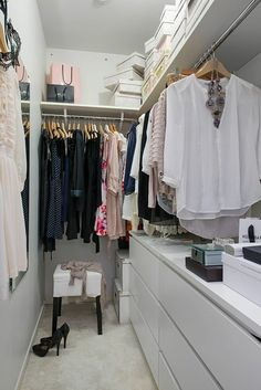 How to set up a practical wardrobe and store clothes in style - Archzine.fr - fit out a dressing room, open wardrobes and storage boxes - Walk In Closet Small, Walk In Closet Design, Small Closets, Wardrobe Design, Closet Designs, Wardrobe Closet, Closet Bedroom, Closet Vanity, Small Wardrobe