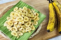 your own banana chips for an easy, healthy snack.Make your own banana chips for an easy, healthy snack. Homemade Banana Chips, Dehydrated Banana Chips, Baked Banana Chips, Dehydrated Food, Banana Nut, Healthy Fruit Snacks, Healthy Foods, Eat Fruit, Dried Bananas