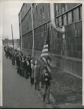 1939 Press Photo Kenosha, Wis. pickets of UAW at Nash Auto plant - neb65430