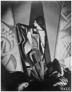 Edward Steichen :: Tamaris with a large Art Deco scarf. Design by Sonia Delaunay, 1925 Edward Steichen, Film Movie, Movies, 20s Inspired Fashion, 20s Fashion, Feminine Fashion, Vogue Fashion, Fashion Shoot, Fashion History