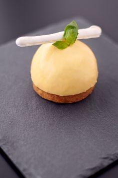 Tarte au citron meringuée revisitée // Idée : Dome pâte, dedans lemon curd, coeur de meringue. Fond meringue ou pâte ?
