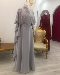 Stylish And Elegant Abaya In Grey Colour Looks Stunning And Gorgeous With Trendy And Fashionable Georgette Fabric. This Abaya Crafted With Stone Work,Sequins Work,Thread Work Looks Extremely Attra. Abaya Fashion, Muslim Fashion, Modest Fashion, Fashion Clothes, Fashion Dresses, Dress Brokat, Kebaya Dress, Mode Abaya, Mode Hijab