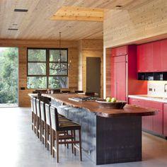Estudio de San Francisco CCS Architecture ha completado una casa que comprende dos edificios en las montañas de Santa Cruz de California, donde el techo de uno se extiende sobre el otro.