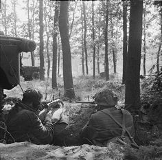 Two British Airborne troops dug in, holding the Brigade Headquarters. 18 September 1944. After the main body failed to reach the bridge at Arnhem the remaining paras dug in around Oosterbeek and awaited the arrival of XXX Corps.
