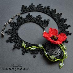 Maková panenka Náhrdelník byl zhotoven technikou šití z korálků (beadweaving). Ústřední motiv tvoří lávový kámen, který je obšit černými korálky. Kámen je zavěšen na řetízku šitém z černých korálků. Kolem je dozdoben mačkanými korálky ve tvaru lístečků. Třešničkou na dortu je vlčí mák šitý z červených korálků. Kámen je podšit černou alcantarou. ...
