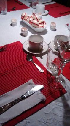Mesa lista para la cena de navidad o nochebuena. Facebook/smicasa Table Settings, Facebook, Christmas Eve, Xmas, Table Decorations, Dinners, Place Settings