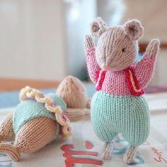 .  벌서고 막 그런거 아니구요~   .  .  .  #handmadedoll #crochet #crochetdoll #amigurumi #knittingdoll #knitting #knittoy #crochettoy   #yarnlove #knittedtoy #alandart #doll #あみぐるみ   #손뜨개 #손뜨개인형 #대바늘인형   #아미구루미 #핸드메이드   #알란다트 #일상다반사 #취미스타그램