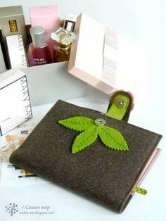 Сашин мир: Блокнот для консультанта Mary Kay Felt Crafts, Diy And Crafts, Diary Covers, Felt Purse, Felt Embroidery, Needle Book, Binder Covers, Craft Corner, Handmade Felt