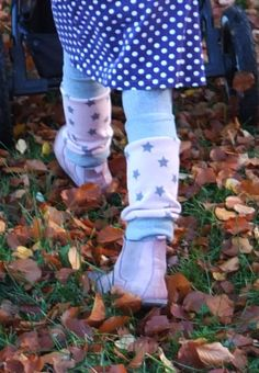 """Heute haben wir wieder ein Tutorial für """"tolle Warmhalter"""" für euch parat: schnell genähte Beinstulpen. Vor allem die Rock-tragenden Hummelkinder lieben Stulpen an kälteren Tagen. Diese sehen nicht nur gut aus, sondern halten die Beine warm und kuschelig.   Für die Stulpen braucht ihr:  Einen dehnbaren Hauptstoff (ca. 25cm) wie Sweat, Nicky, Fleece oder auch Jersey Rippbündchen oder an ..."""