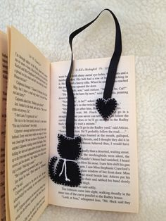 Making bookmarks - 33 creative ideas on how to make bookmarks yourself - Lesezeichen, . Creative Bookmarks, Diy Bookmarks, How To Make Bookmarks, Crochet Bookmarks, Ribbon Bookmarks, Felt Crafts Diy, Fabric Crafts, Sewing Crafts, Sewing Projects