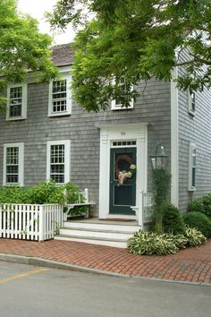 Martha's Vineyard - Typical New England coastal home Saltbox Houses, Putz Houses, Beach Cottage Style, Coastal Cottage, Beach House, New England Style, New England Homes, Colonial House Exteriors, Colonial Exterior