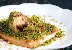 Sobremesa típica da culinária persa, o Ranghinack leva tâmaras recheadas com nozes e coberta de canela e pistache picado. (Foto: Reprodução)