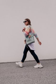 Mein Frühlingsoutfit mit Jeans, Pastell-Cardigan und Sneakers gibt es jetzt am Modeblog mit allen Outfit-Details. www.whoismocca.com