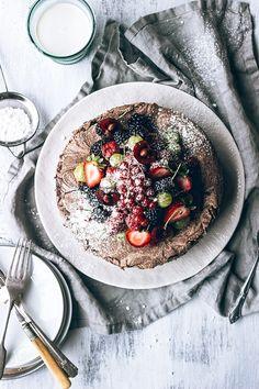 food styling // Chocolate Meringue Cake with Fresh Berries via Artful Desperado Chocolate Meringue, Meringue Cake, Pastel Chocolate, Chocolate Pavlova, Cake Chocolate, I Love Food, Good Food, Yummy Food, Awesome Food