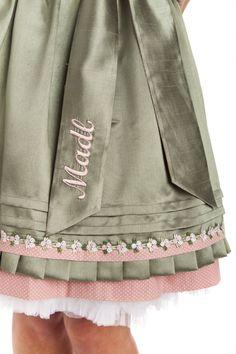 Herrlich romantisches Minidirndl aus der Kollektion von Krüger. Das rose-farbene Trachtenkleid ist rundum gepünktelt, Paspeln und Ziernähten bilden einen tollen Kontrast. Ebenso die prächtigen Borten auch mit Spitzenblümchen, die um den...