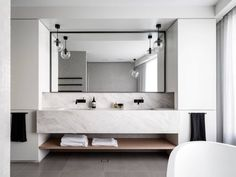 salle de bain design en marbre blanc à Mosman, Sidney, Australie par Corben Architects