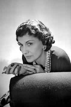 COCO CHANEL La diseñadora que fundó una de las marcas más prestigiosas y revolucionó el mundo de la moda al introducir prendas cómodas, de líneas rectas y con grandes dosis de distinción en el vestuario femenino.