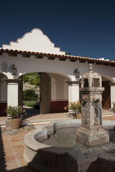 Una casa muy mexicana Mexican Courtyard, Spanish Courtyard, Mexican Hacienda, Spanish Garden, Mexican Style, Spanish Style Homes, Spanish House, Spanish Colonial, Hacienda Homes